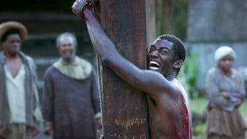 Kunta Kinte se derrumba ante la cruel tortura del esclavista