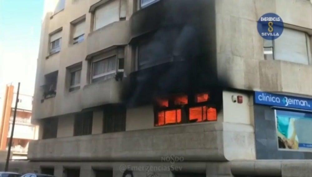 Frame 2.180154 de: Dos heridos en un aparatoso incendio registrado en una clínica de rehabilitación en Sevilla