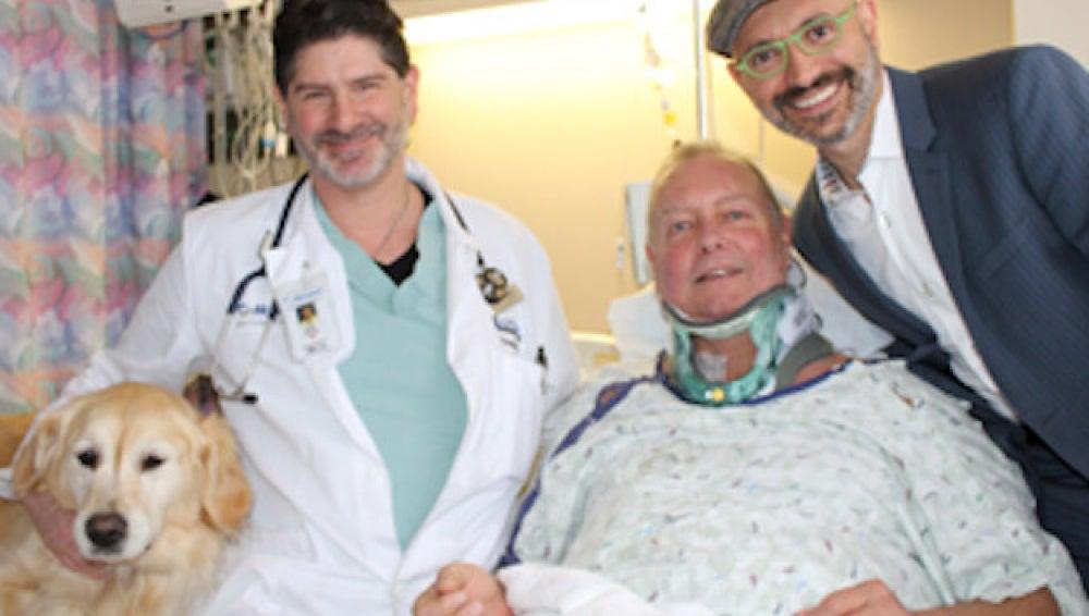 Bob recuperándose en el hospital junto a su perra Kelsey