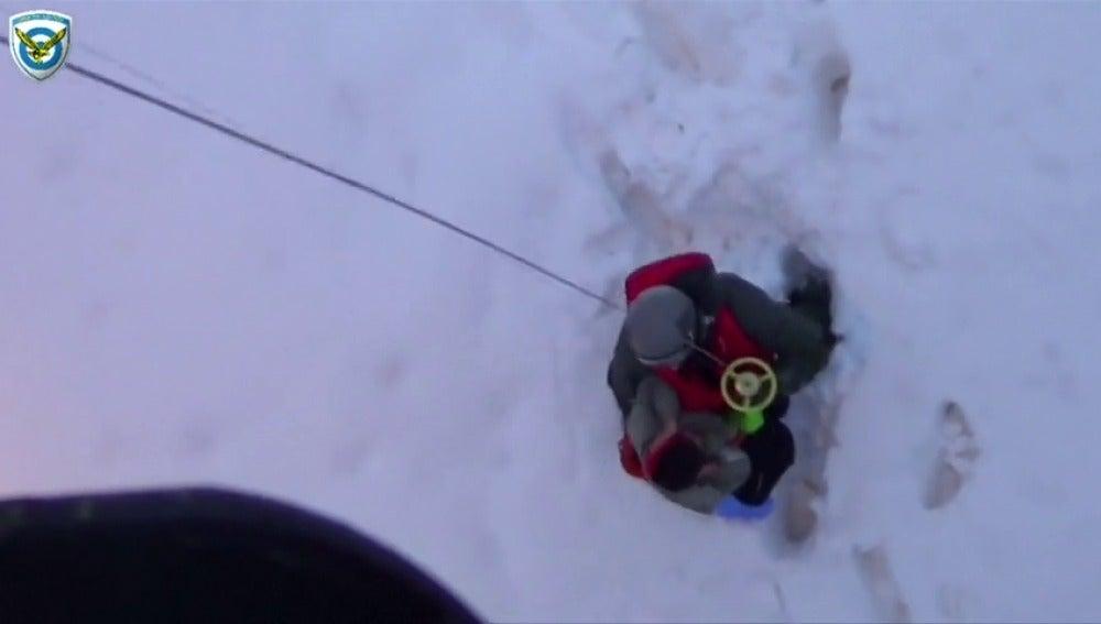 Frame 17.229618 de: Rescate aéreo al quedar atrapados por la nieve en la isla griega de Skopelos