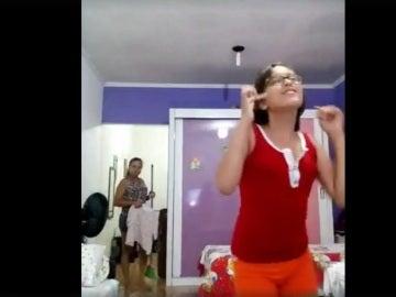 La joven bailando