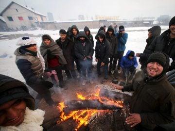 Refugiados intentando entrar en calor en el frío invierno serbio