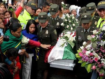 Un grupo de personas acompaña el féretro de la niña asesinada