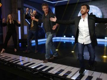 Drew Barrymore y Timothy Olyphant tocan la sintonía de E.T. en un piano gigante