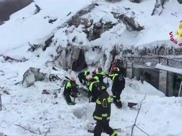 Frame 66.433734 de: La avalancha de nieve desplazó los cimientos del hotel 10 metros