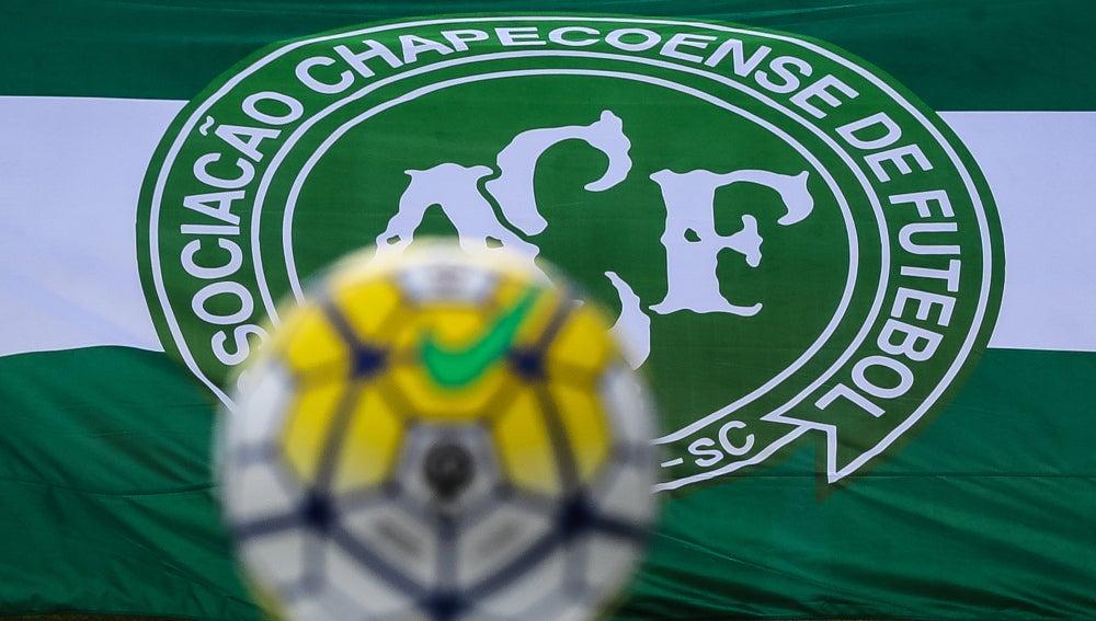 La bandera del Chapecoense, tras un balón