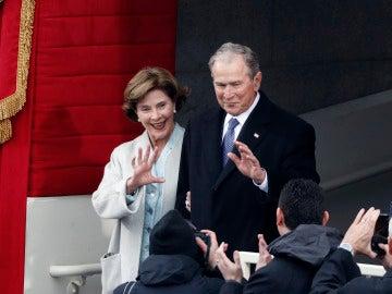 La expresidente de EE.UU. George W. Bush y su esposa Laura Bush