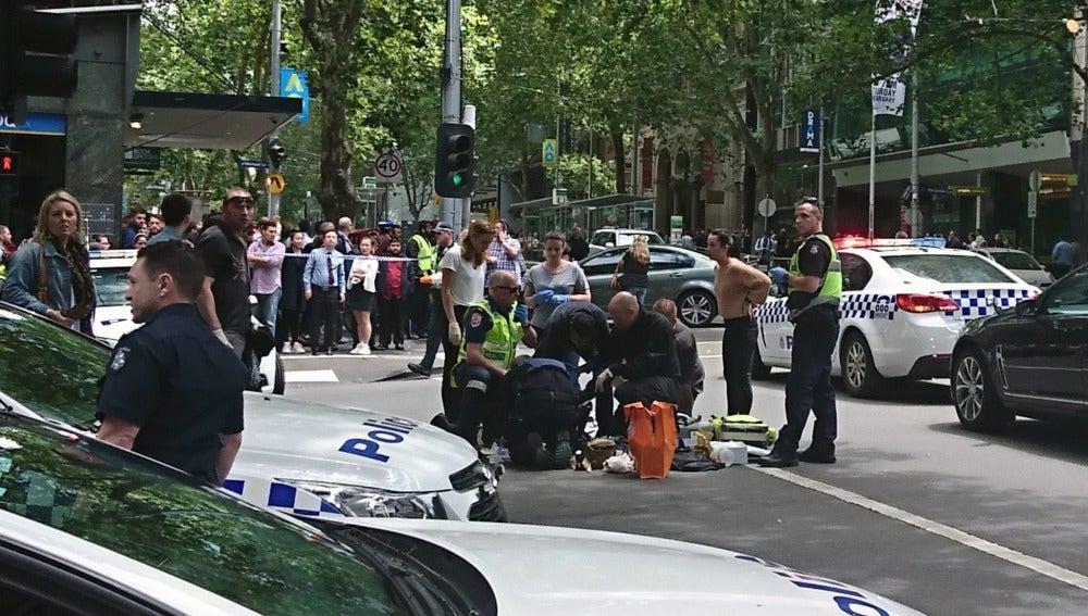 La Policía y servicios de emergencias en el lugar del atropello masivo en Melbourne
