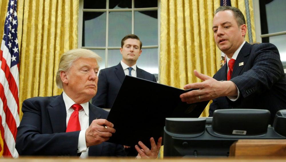 Trump firmando en la Casa Blanca