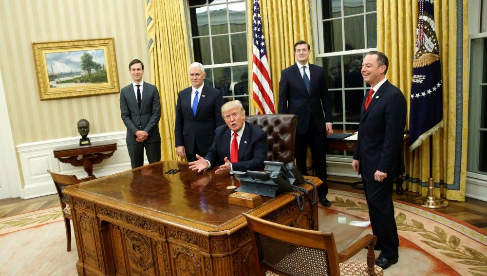 Trump junto a algunos de los miembros de su gabinete