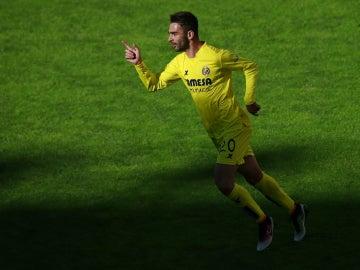 Adrián López celebra un gol con el Villarreal
