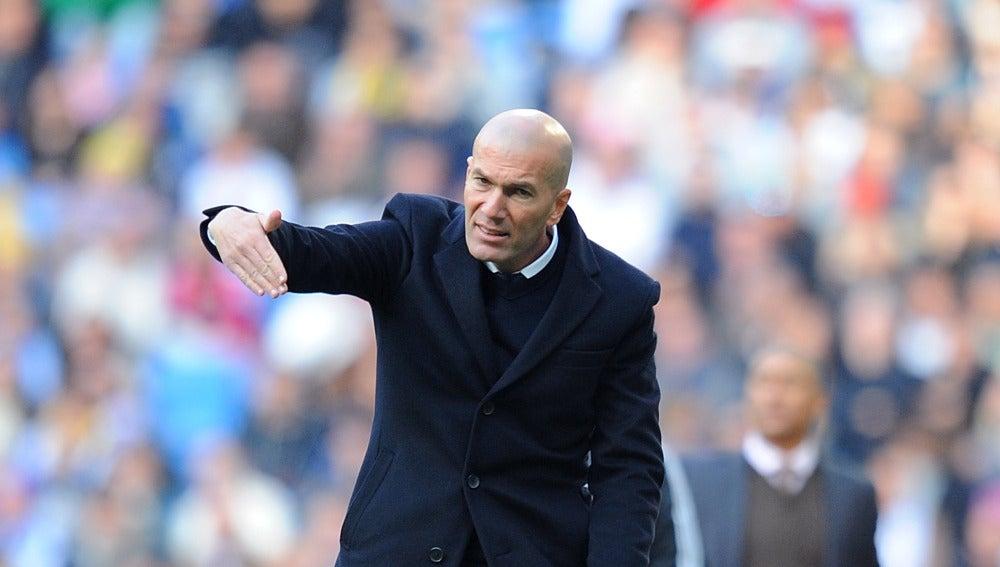 Zinedine Zidane, dando instrucciones en la banda contra el Málaga