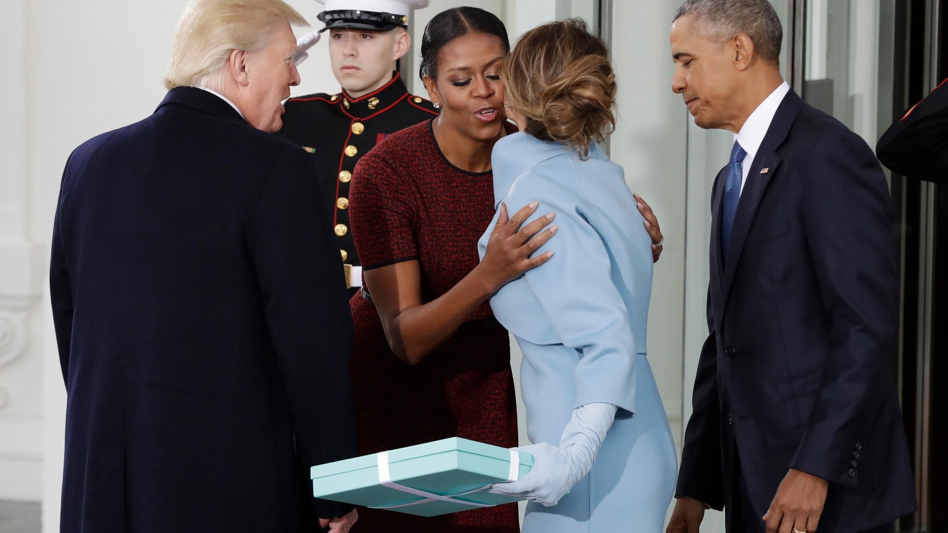 Melania Trump ofreciendo un regalo a Michelle Obama