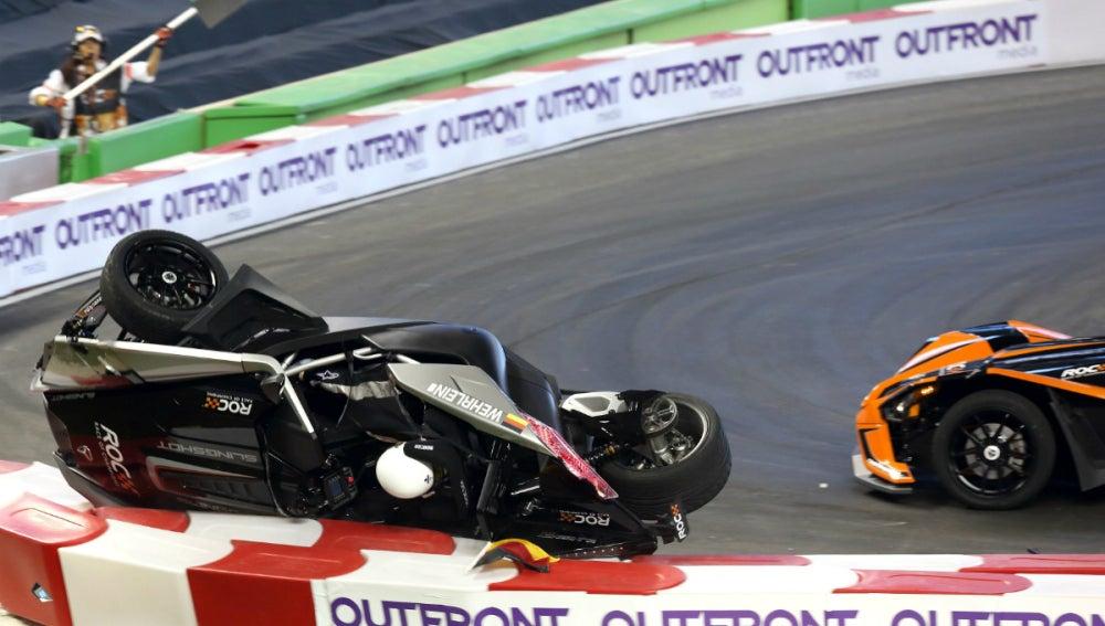 El coche de Wehrlein, volcado en pista