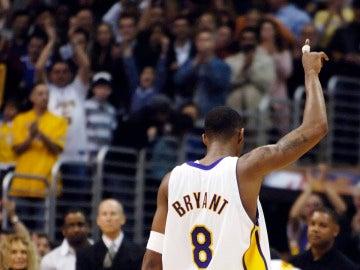 Kobe Bryant lleva su dedo al cielo tras meter 81 puntos a los Raptors