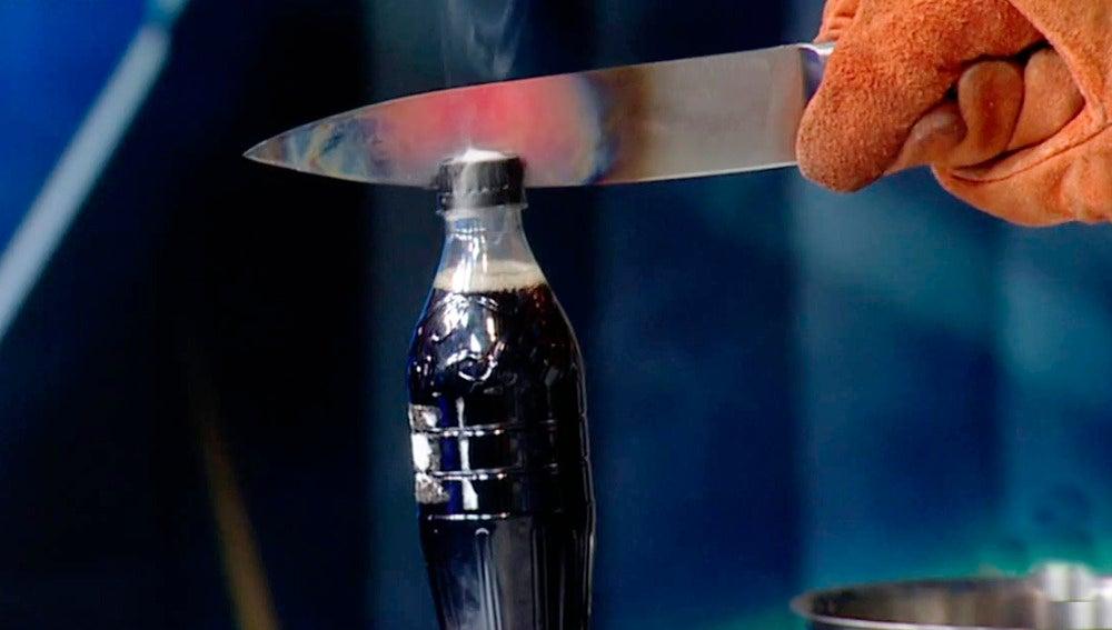 Vicente Vallés se atreve con el nuevo reto viral del cuchillo a mil grados