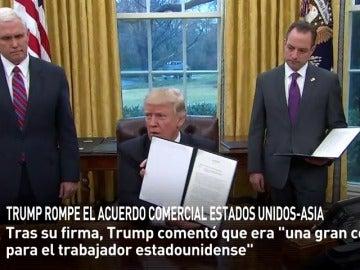 Frame 24.942732 de: Trump firma una orden ejecutiva para sacar a EEUU del Acuerdo Transpacífico (TPP)