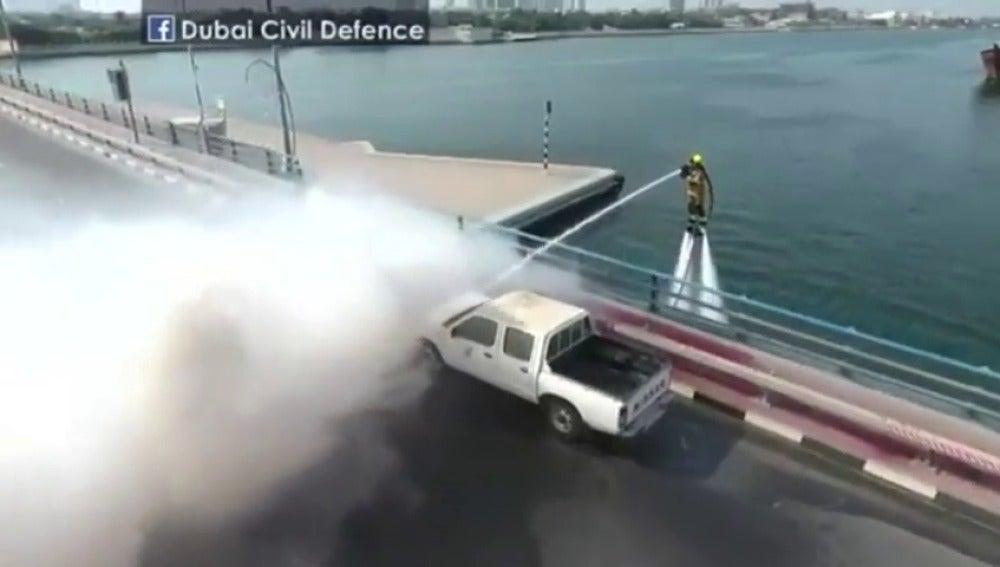Frame 31.433369 de: Bomberos impulsados por flyboard luchan contra el fuego