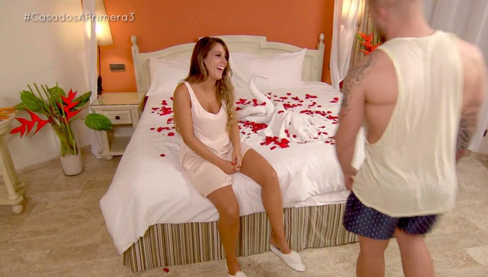Rafa insiste en María para no pasar su noche de bodas en el sofá