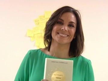 """Mónica Carrillo con un ejemplar de """"El tiempo. Todo. Locura"""""""