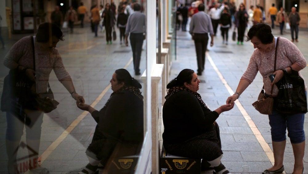 Una mujer pidiendo dinero en las calles de Ronda
