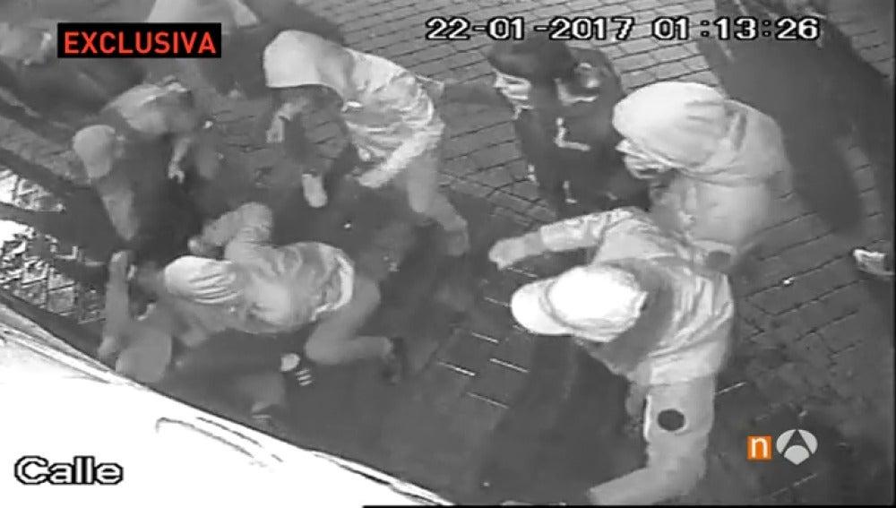 Frame 72.229574 de: Detienen a dos jóvenes en Murcia por agredir brutalmente a una joven