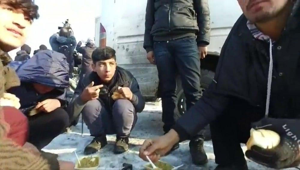 Frame 9.045313 de: ONG croatas denuncian maltrato policial a los refugiados