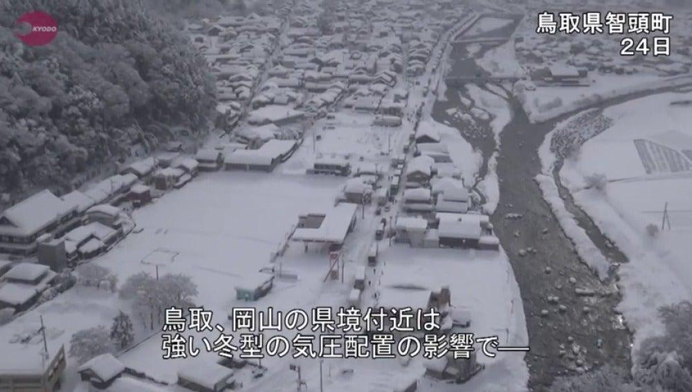 Frame 2.907749 de: El temporal de nieve que azota Japón deja centenares de vehículos atrapados en la carretera