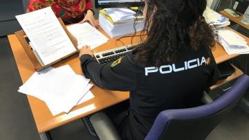 Una agente de la Policía Nacional atiende una denuncia.