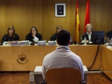 Un acusado frente al tribunal