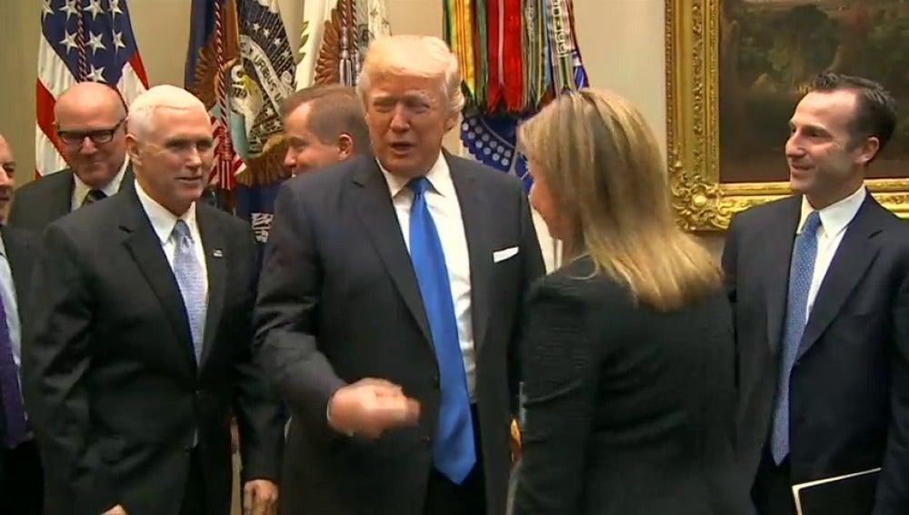 Frame 34.626666 de: Trump promete incentivos a los fabricantes de automóviles para montar nuevas plantas en Estados Unidos