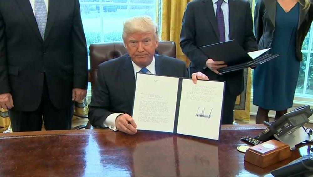 Frame 34.305836 de: Trump firma la construcción de dos polémicos oleoductos pese a las críticas de los ecologistas