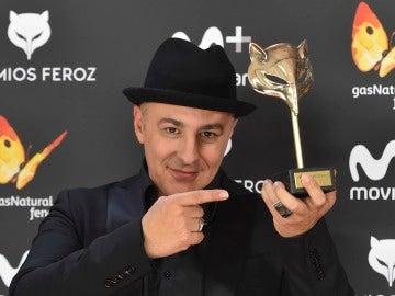 Roberto Álamo posa junto al Premio Feroz 2017 a Mejor actor protagonista