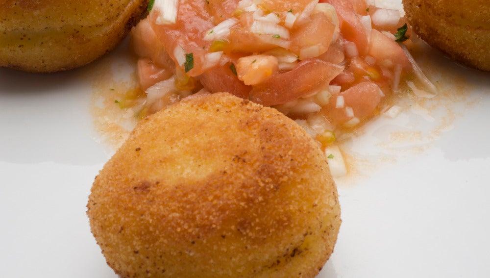 Patatas rellenas de picadillo picante.