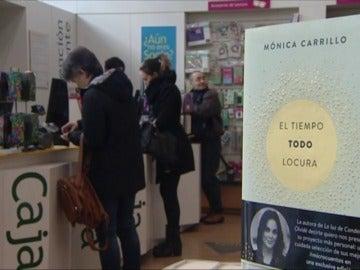 Frame 70.830191 de: Los lectores acogen con ilusión y ganas el nuevo libro de la periodista de Antena3 Noticias Mónica Carrillo