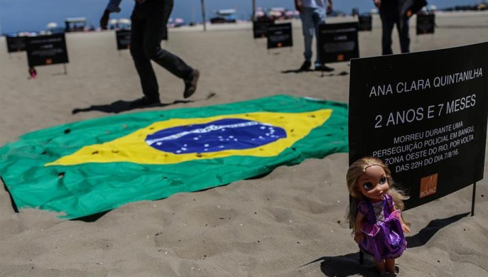 Una muñeca que representa a una víctima durante una protesta con peluches en Brasil