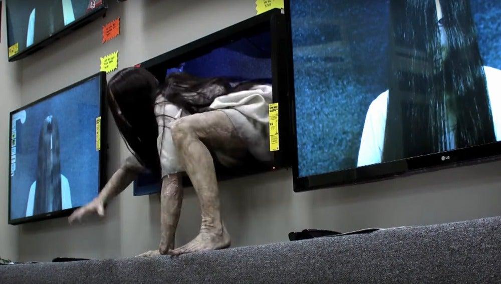 Samara traspasa la pantalla... literalmente