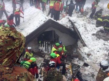Bomberos trabajan en las labores de rescate