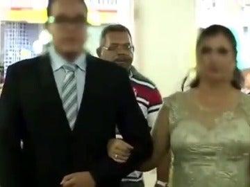 Frame 0.0 de: Un hombre dispara contra dos testigos en una boda mientras la novia avanza hacia el altar