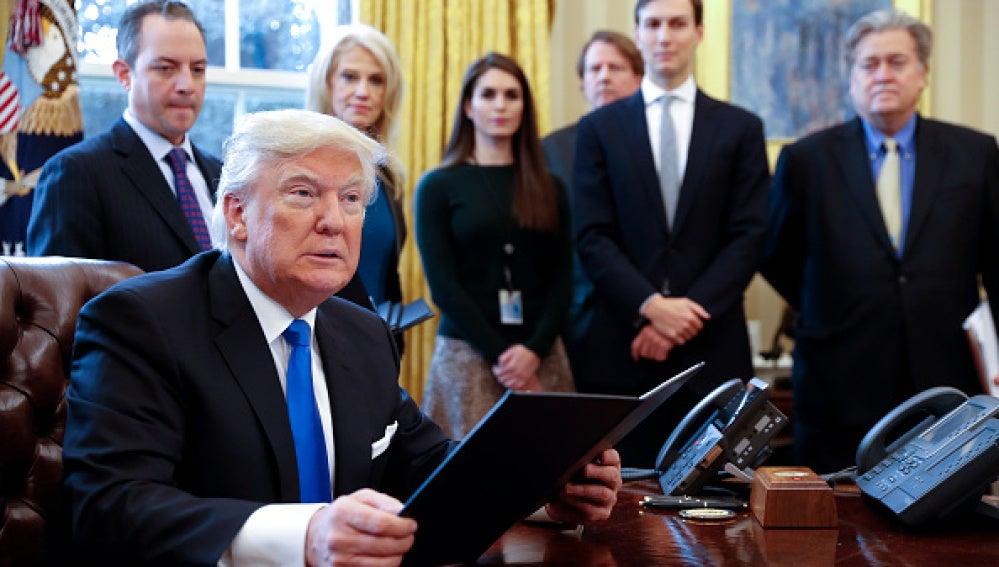 Donald Trump junto a sus asesores