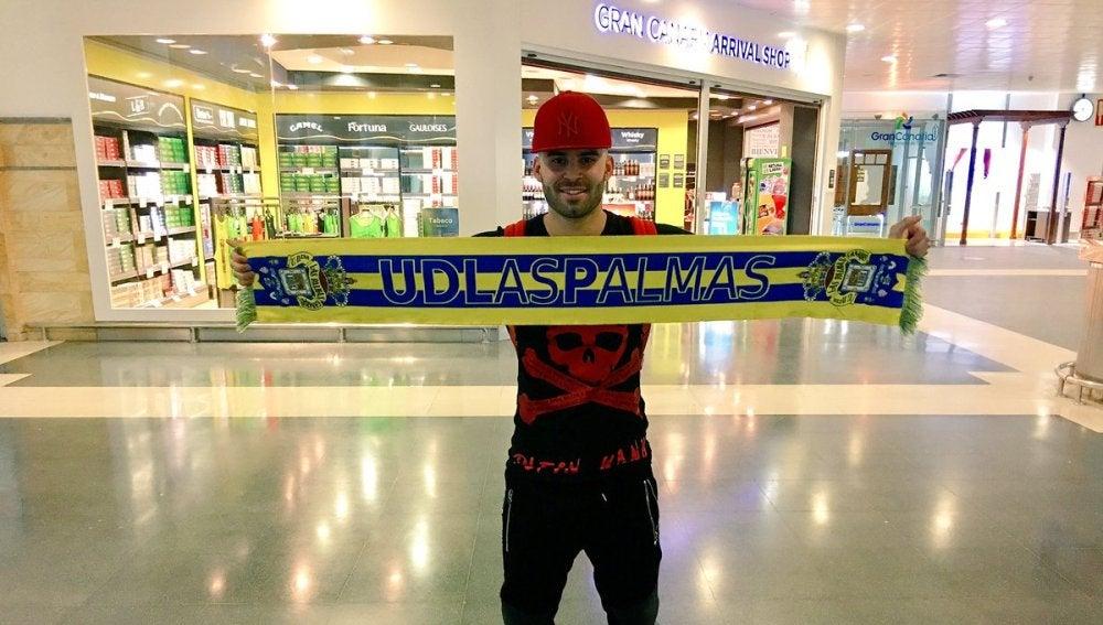 Jesé posando con la bufanda de la Las Palmas