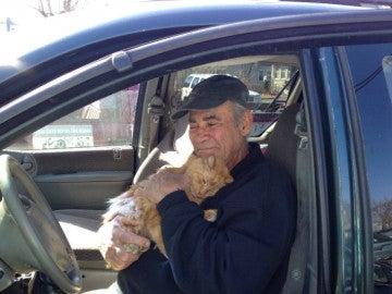 Willie Ortiz, un hombre que lleva 22 años vendiendo chatarra para alimentar a gatos