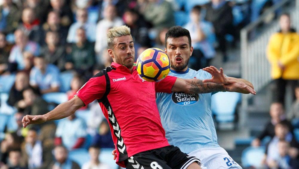 El defensa argentino del Celta de Vigo Gustavo Daniel Cabral y el centrocampista del Alavés Victor Camarasa en el estadio Balaídos de Vigo.