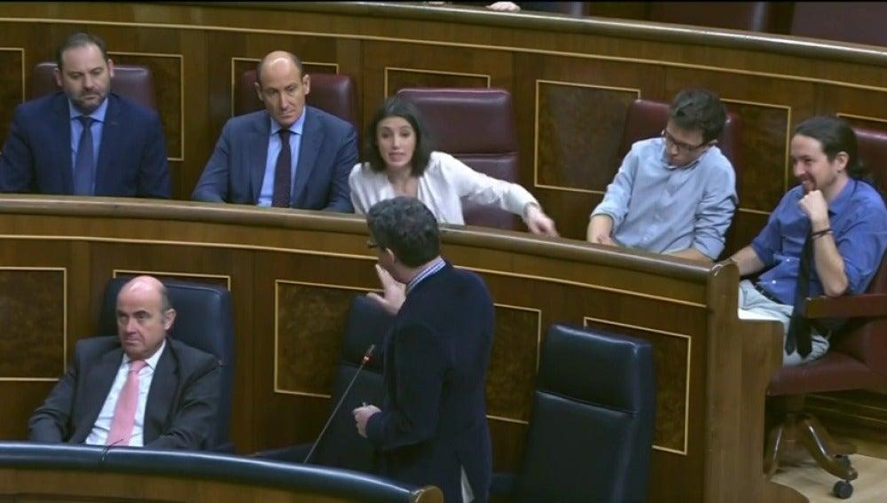 Frame 53.439679 de: El ministro de Economía reprocha a Podemos que protestan más que trabajan