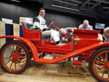 El piloto de carreras Andres Vilariño conduciendo el coche