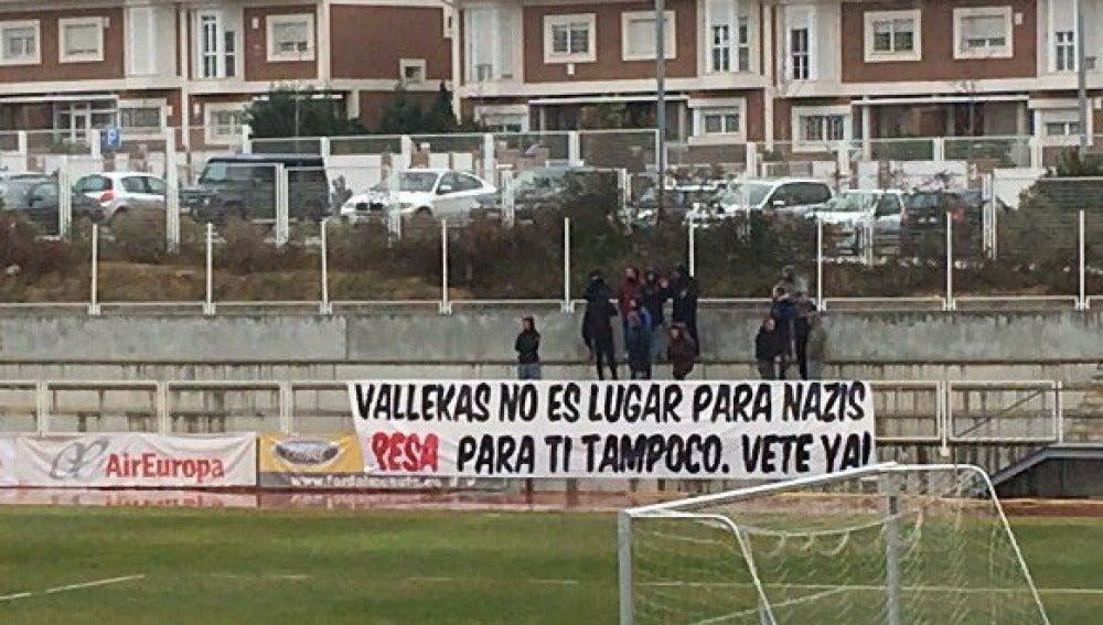 Aficionados del Rayo con una pancarta en contra del jugador