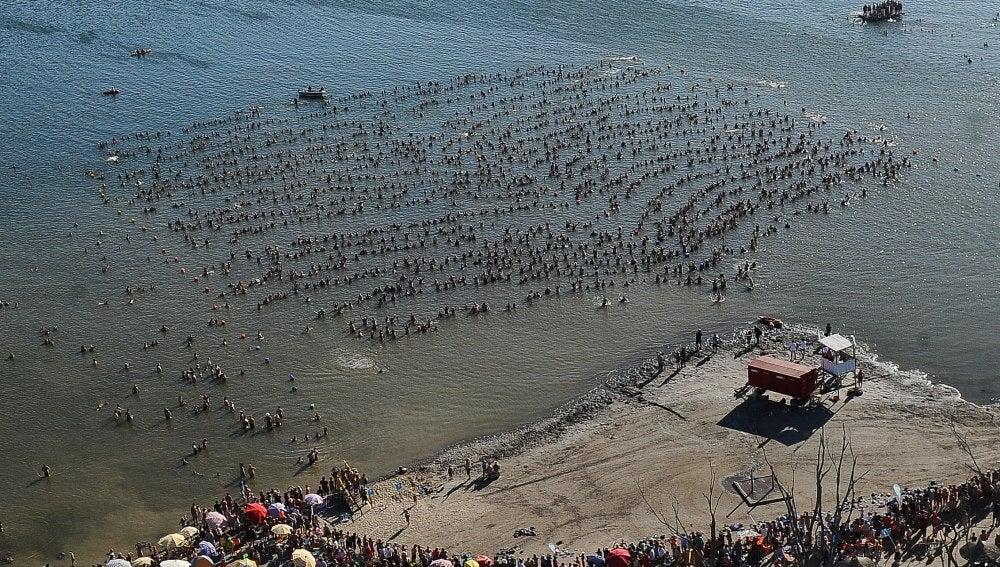 Miles de personas flotando en las aguas del lago de Carhué
