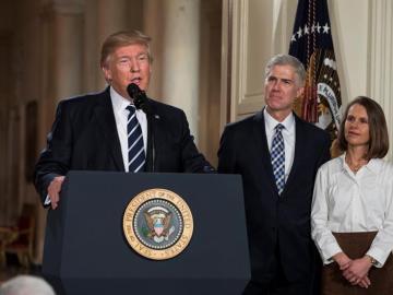 Trump junto al juez Gorsuch y su mujer