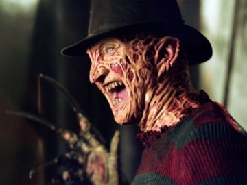 Robert Englund interpretando a Freddy Krueger
