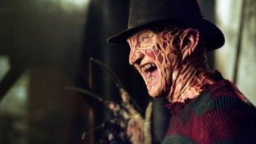 Robert Englund interpretando a Freddy Krueger